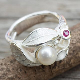 Sterling Silver 'Frosted Foliage' Pearl Ruby Ring (5 mm) (Thailand)