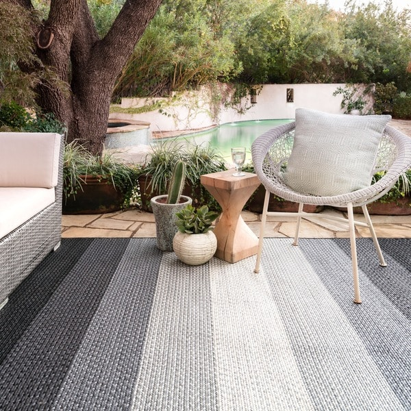 Indoor/ Outdoor Braided Black/ Ivory Rug - 7'9 x 9'9
