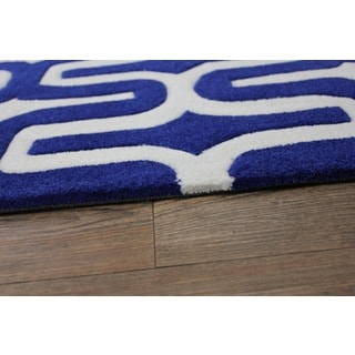"White/ Blue Area Rug (7'6 x 10'3) - 7'6"" x 10'6"""