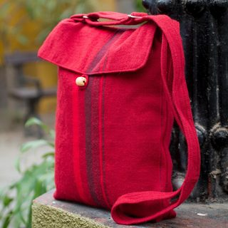 Handcrafted Alpaca Blend 'Cool Cranberry' Shoulder Bag (Peru)