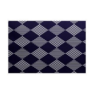 Check It Twice Geometric Print Indoor/ Outdoor Rug (2' x 3')