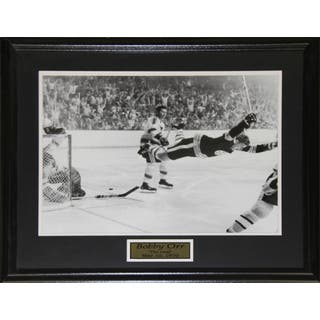 Bobby Orr The Goal Black and White 16x20-inch Frame|https://ak1.ostkcdn.com/images/products/12006304/P18883507.jpg?impolicy=medium