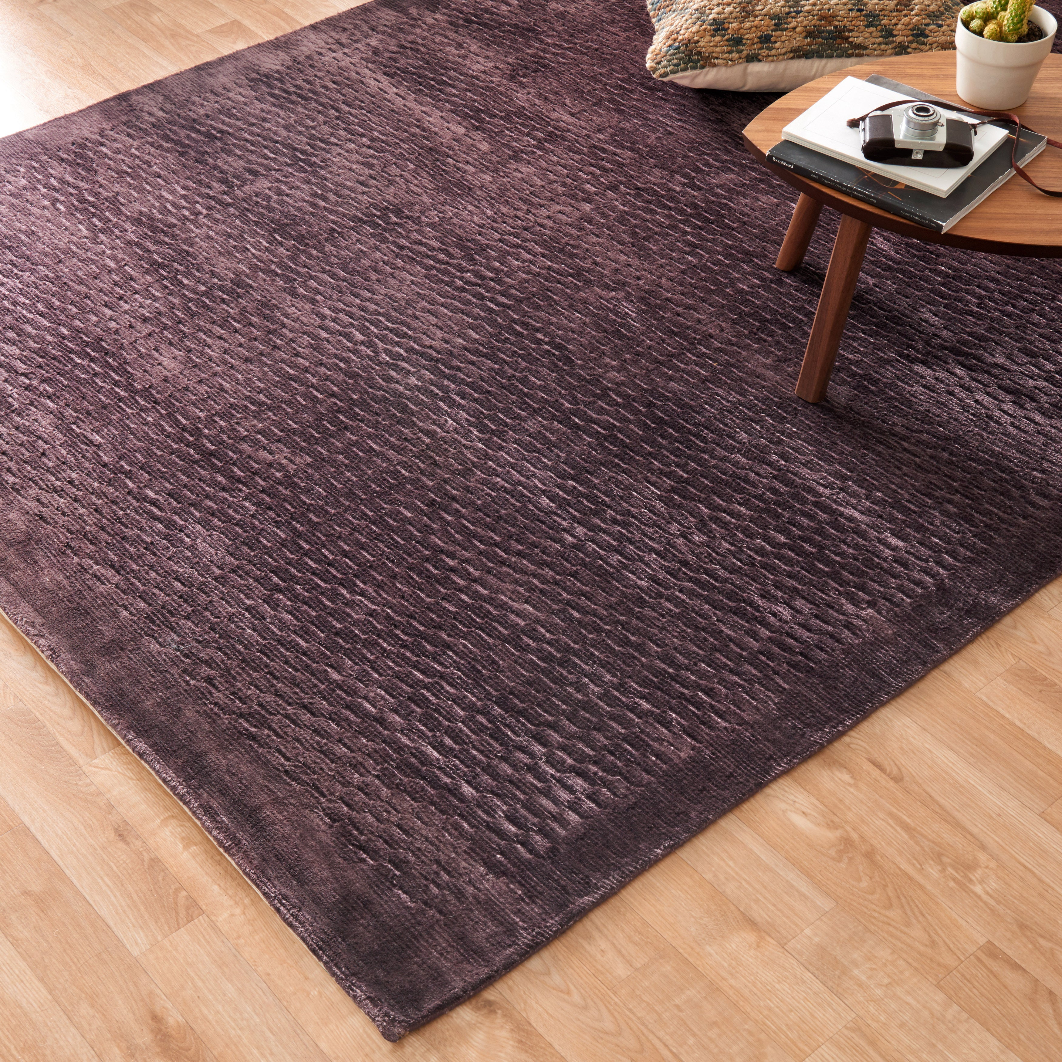 Hand-woven Grandeur Plum Viscose Rug (56 x 86) - 56 x 86 (Plum - 56 x 86)