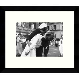 Framed Art Print 'Kissing the War Goodbye in Times Square, 1945, I' by Victor Jorgensen 11 x 9-inch