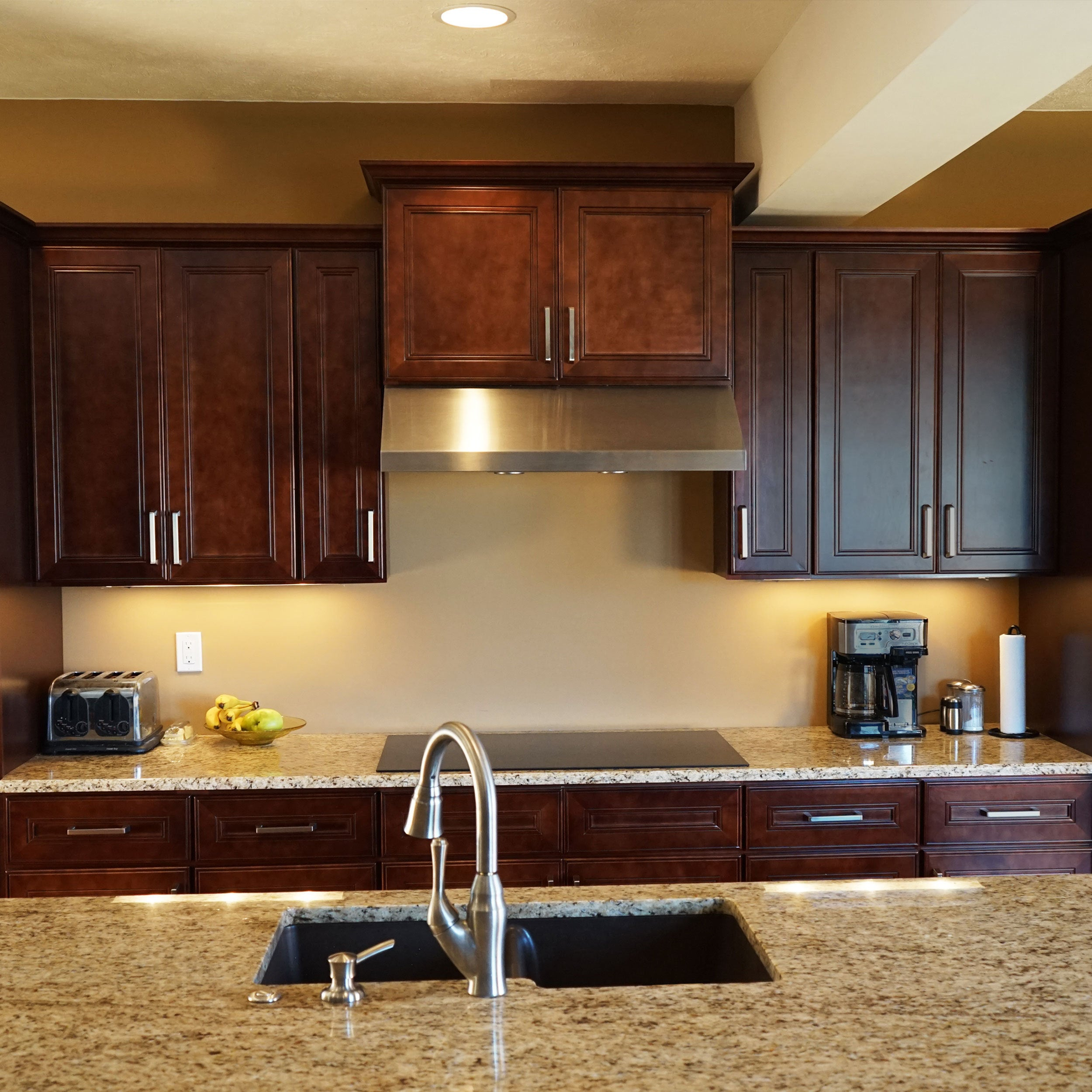 Everyday Cabinets 27 Inch Cherry Mahogany Brown Leo Saddle Double Door Wall Kitchen Cabinet Overstock 12314995