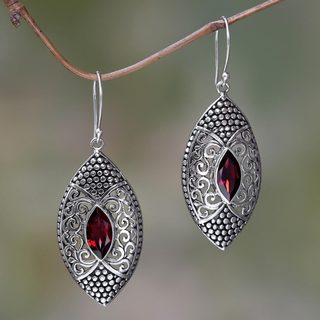 Handcrafted Sterling Silver 'Elegant Origin' Garnet Earrings (Indonesia)