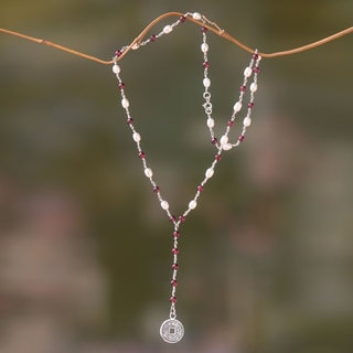 Handcrafted Sterling Silver 'Lucky Pis Bolong' Garnet Pearl Necklace (4 mm) (Indonesia)