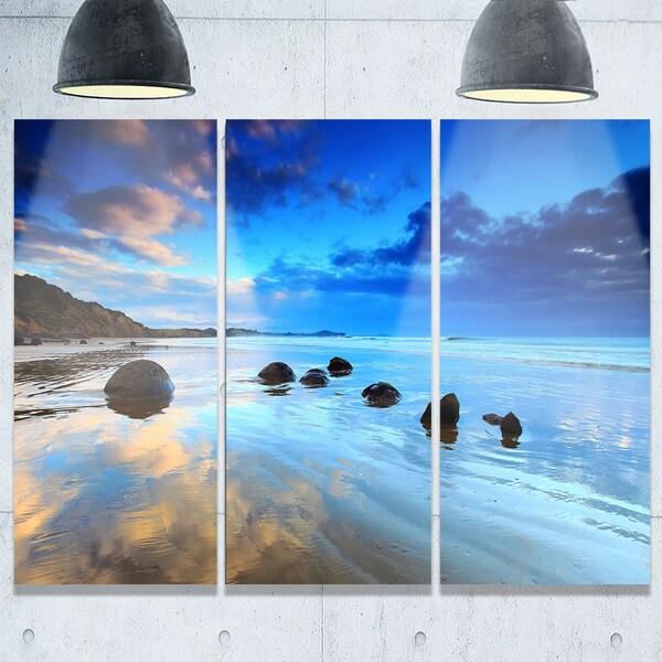 Designart - Moeraki Boulders Under Cloudy Sky - Seashore Photo Glossy Metal Wall Art