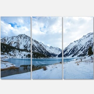 Designart - Lake Between Foggy Mountains - Landscape Photo Glossy Metal Wall Art