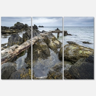 Designart - Rocky North Ireland Seashore - Modern Seascape Glossy Metal Wall Art