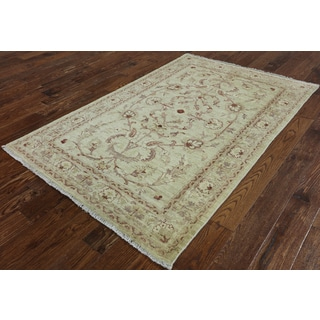 Hand-Knotted Traditional Peshawar Ivory wool Rug (4' 4 x 6' 7)
