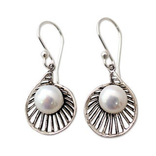 Handcrafted Sterling Silver 'Oyster Treasure' Cultured Pearl Earrings (8 mm) (India)