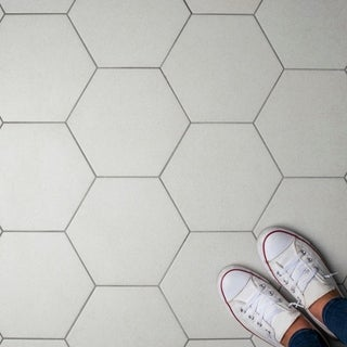 SomerTile 8.625x9.875-inch Vendimia Blanco Hex Porcelain Floor and Wall Tile (25 tiles/11.19 sqft.)