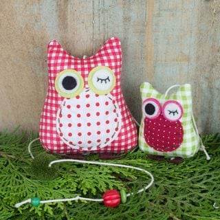 Handcrafted Cotton 'Winking Owls in Red' Mobile (Thailand)