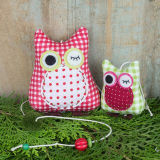 Handmade Cotton 'Winking Owls in Red' Mobile (Thailand)