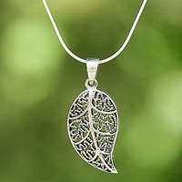 Handcrafted Sterling Silver 'Charming Leaf' Necklace (Thailand)