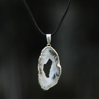Handcrafted Silver Suede 'Magical Creation' Agate Necklace (Brazil)