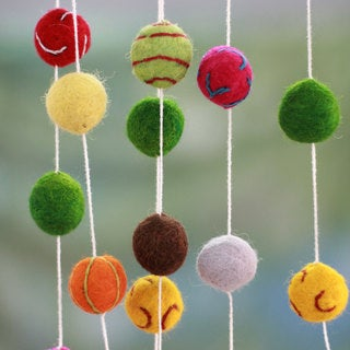 Handcrafted Wool 'Gumdrop Pompoms' Christmas Tree Garland (India)