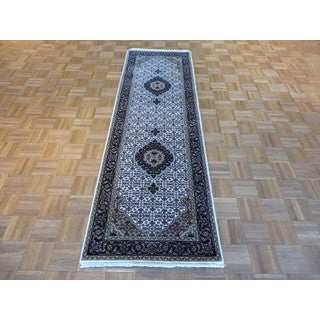 Ivory Wool and Silk Hand-knotted Mahi Tabriz Oriental Rug (2'6 x 7'11)