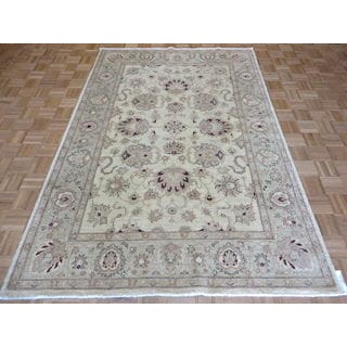 Peshawar Oriental Ivory/Red/Green/Gold Wool Hand-knotted Rug (6' x 8'10)
