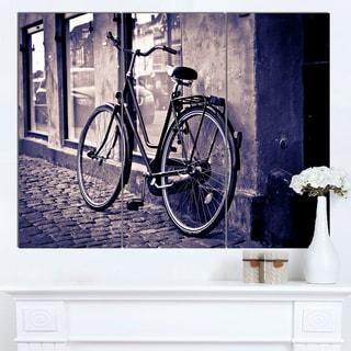 Designart 'Classic Vintage City Bicycle' Landscape Canvas Wall Art
