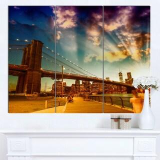 Designart 'Relaxing in Brooklyn Bridge Park' Large Cityscape Wall Art Canvas Print