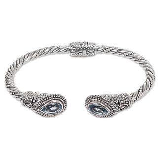 Handmade Sterling Silver 'Bright Eyes' Blue Topaz Bracelet (Indonesia)