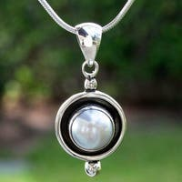 Handmade Sterling Silver 'Lunar Shadow' Pearl Necklace (10 mm) (Mexico)