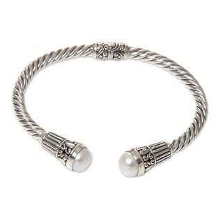 Handcrafted Sterling Silver 'Moonlit Promenade' Cultured Pearl Bracelet (8 mm) (Indonesia)