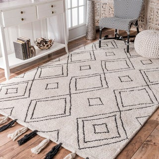 nuLOOM Soft and Plush Handmade Ivory Diamond Tassel Rug (7'6 x 9'6)