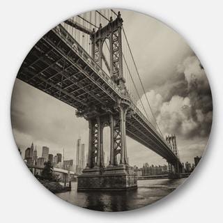 Designart 'Manhattan Bridge in Dark Gray' Cityscape Photo Large Disc Metal Wall art