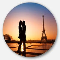 Designart 'Eiffel with Kissing Couple' Landscape Photo Disc Metal Wall Art