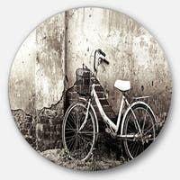 Designart 'Old Bicycle and Cracked Wall' Photography Large Disc Metal Wall art