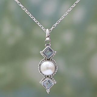 Handcrafted Sterling Silver 'Blue Rays' Cultured Pearl Blue Topaz Necklace (12 mm) (India)
