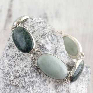 Handmade Sterling Silver 'From the Queen' Jade Bracelet (Guatemala)