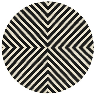 Indoor/ Outdoor Hand-hooked Geometric Black/ Ivory Rug (7'10 x 7'10 Round)