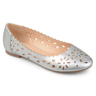 Journee Collection Women's 'Delaney' Wide Width Laser-cut Scalloped Round Toe Flats (Options: Black, 5.5)