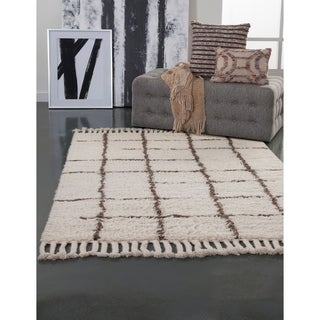 """Berlyn Off White/Chocolate Area Rug by Greyson Living (5'3"""" x 7'6"""")"""