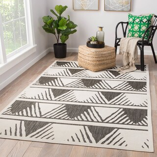 "Makenna Indoor/ Outdoor Geometric Gray/ White Area Rug (5' X 7'6"")"