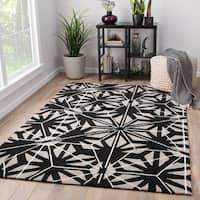 Saison Indoor/ Outdoor Geometric Black/ Gray Area Rug (2' X 3')