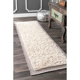 nuLOOM Soft and Plush Moroccan Diamond Border Wool/Cotton Shag Ivory Runner Rug (2'6 x 8')