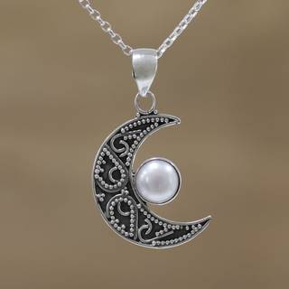 Handmade Sterling Silver 'Cratered Moon' Cultured Pearl Necklace (8 mm) (India)