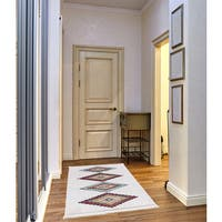 Rubie Frieze Collection White runner rug (3' x 5')