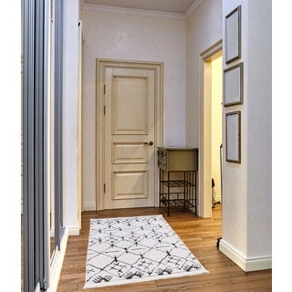Byrd Frieze Collection White runner rug (3' x 5')