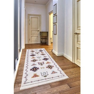 Remi Frieze Collection White runner rug (2' x 8')