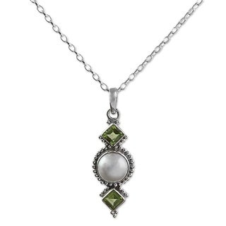Handmade Sterling Silver 'Green Rays' Cultured Pearl Peridot Necklace (12 mm) (India)