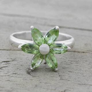 Handmade Sterling Silver 'Sparkling Daisy' Peridot Ring (India)