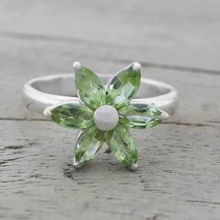 Handmade Sterling Silver 'Sparkling Daisy' Peridot Ring (India)