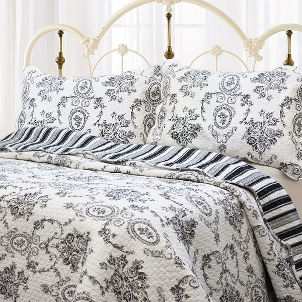 Gracewood Hollow Mekuli French Medallion 3-piece Quilt Set. Opens flyout.