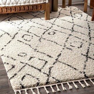"nuLOOM Off White Abstract Soft and Plush Moroccan Diamond Shag Tassel Area Rug - 6'7"" x 9'"